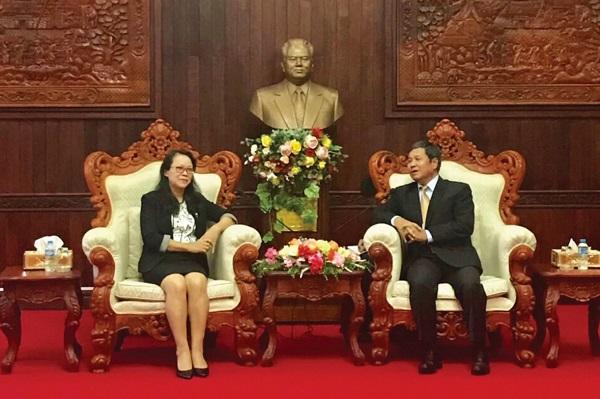 Thứ trưởng, Phó Chủ nhiệm Ủy ban Dân tộc Hoàng Thị Hạnh chào xã giao Ủy viên Trung ương Đảng, Phó Chủ tịch Ủy ban Trung ương Mặt trận Lào xây dựng đất nước Khăm Bay Đăm Lắt trong chuyến thăm và làm việc tại Lào.