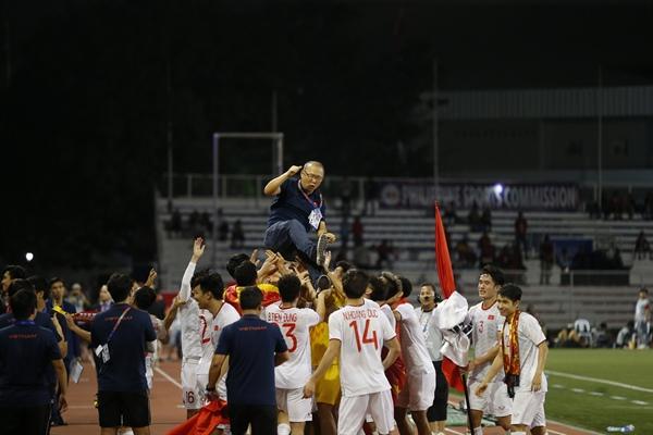 Các cầu thủ tri ân HLV Park Hang-seo sau chiến thắng trên sân . Ảnh: Chiến Thắng