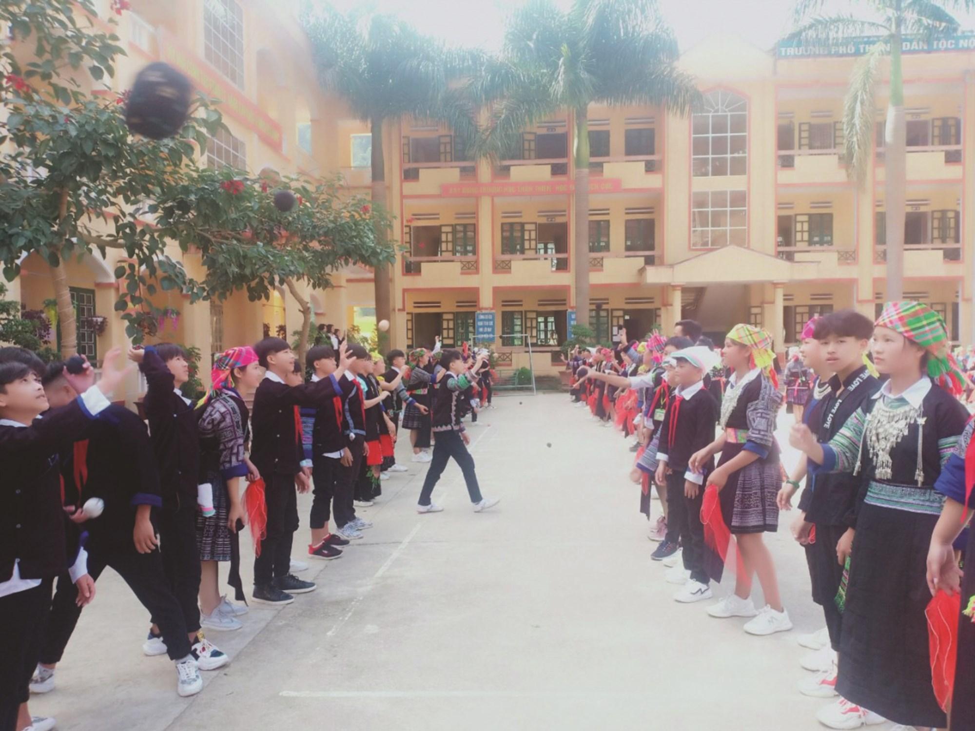 Trò chơi dân gian của dân tộc Mông được tổ chức tại buổi học ngoại khóa của trường.