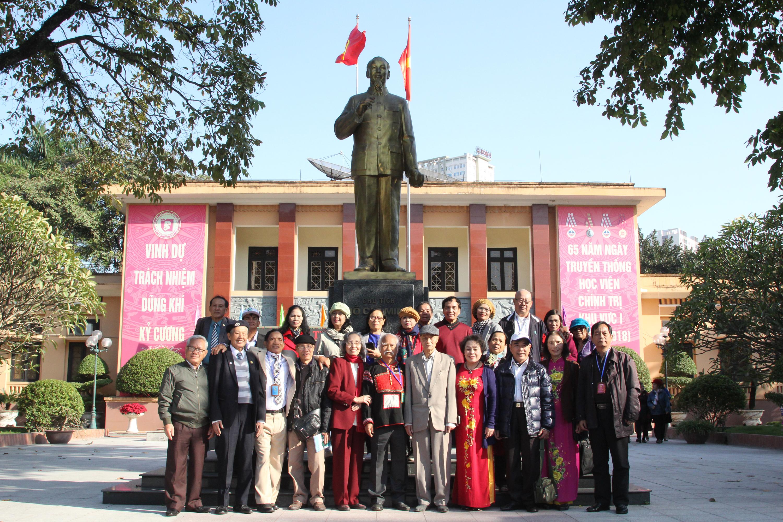 Tập thể học sinh Trường Cán bộ Dân tộc miền Nam chụp ảnh lưu niệm với cựu giáo viên tại Trường Học viện Chính trị Quốc gia Hồ Chí Minh Khu vực I