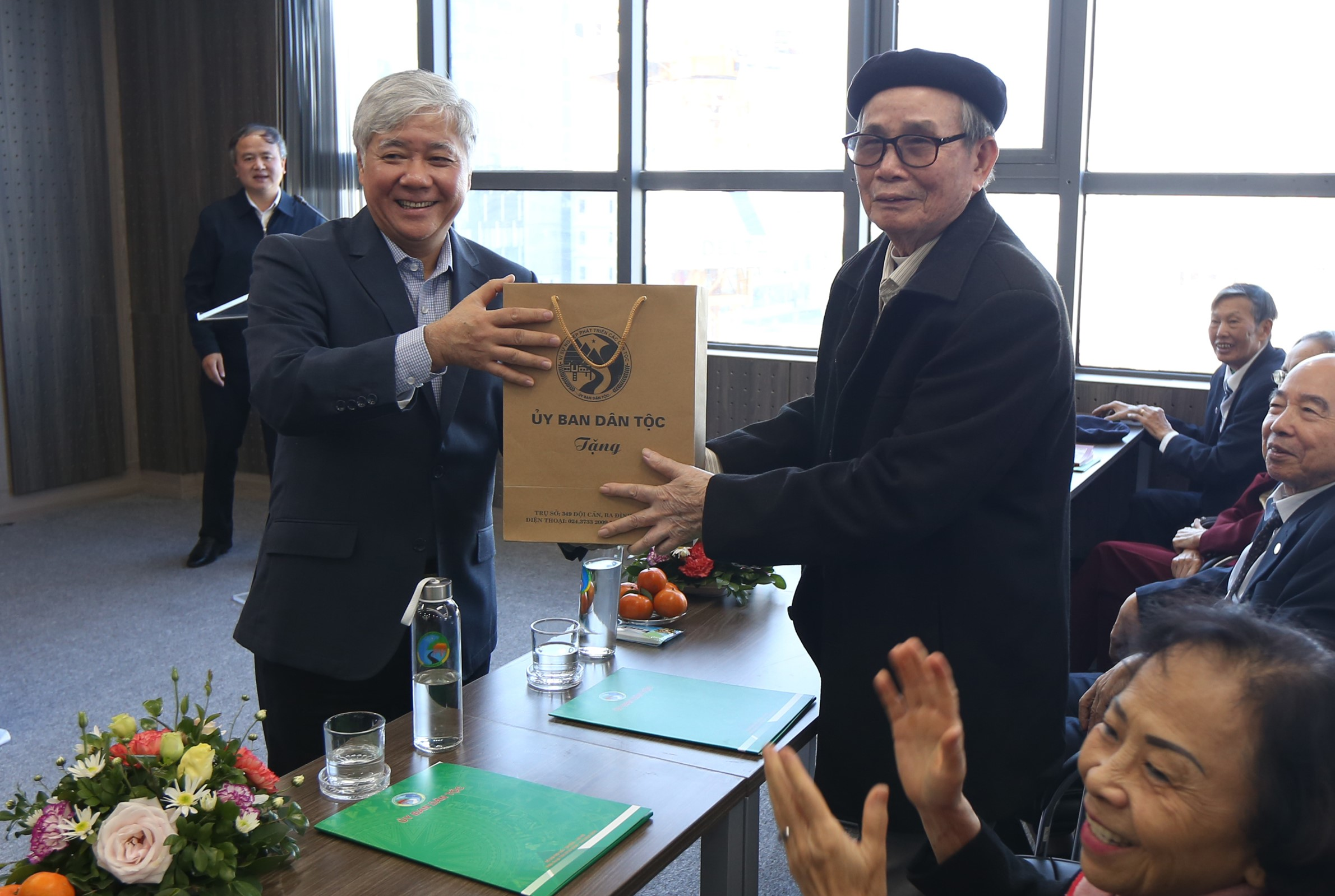 Bộ trưởng, Chủ nhiệm Đỗ Văn Chiến tặng quà lưu niệm cho thầy giáo Nguyễn Trọng Bí – Nguyên Hiệu trưởng Trường Cán bộ Dân tộc miền Nam