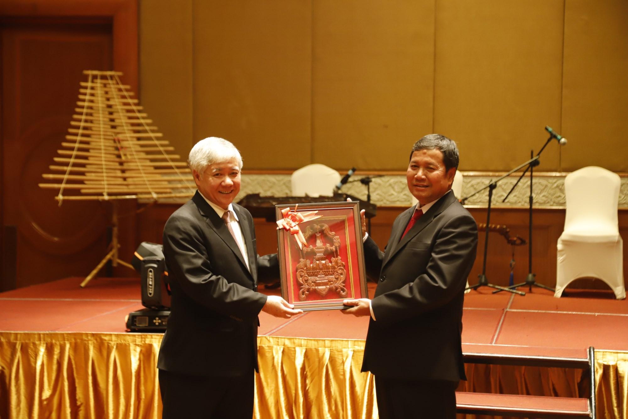 Phó Chủ tịch Ủy ban Trung ương Mặt trận Lào xây dựng đất nước Khăm Bay Đăm Lắt tặng quà lưu niệm cho Bộ trưởng, Chủ nhiệm Ủy ban Dân tộc Đỗ Văn Chiến trong chuyến thăm Việt Nam (tháng 12/2018).
