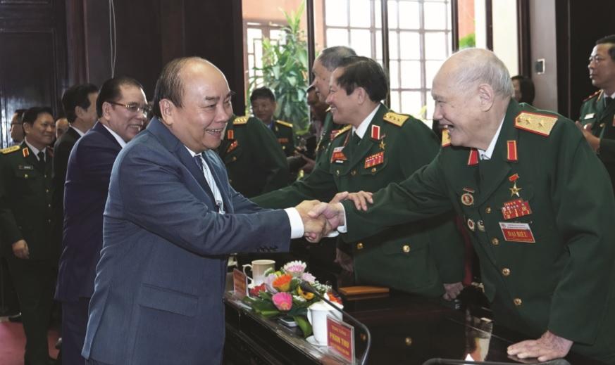 Thủ tướng chúc mừng các cựu chiến binh. Ảnh: VGP/Quang Hiếu