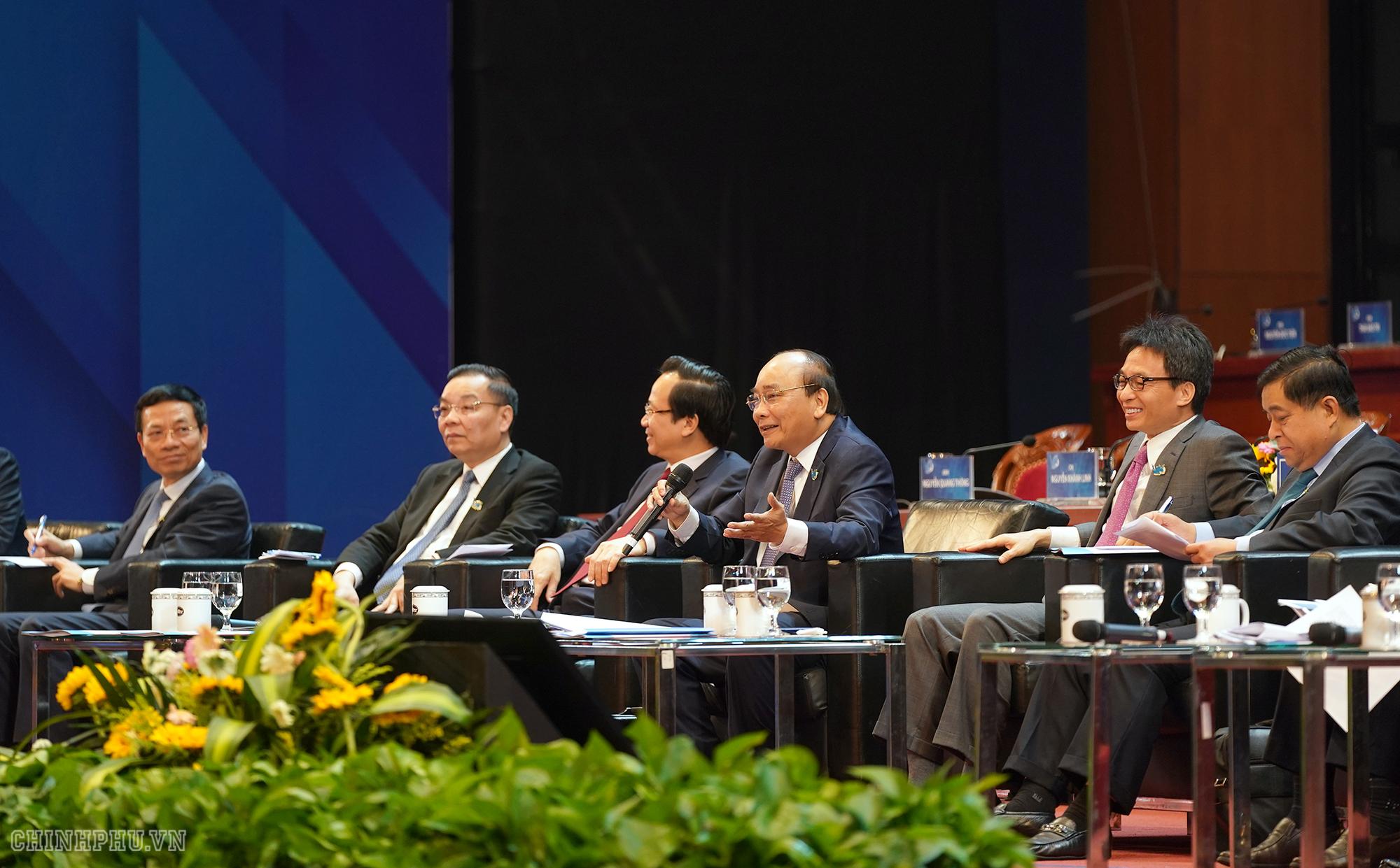 Thủ tướng Nguyễn Xuân Phúc và lãnh đạo Chính phủ, các bộ ngành đối thoại với thanh niên - Ảnh: VGP/Quang Hiếu