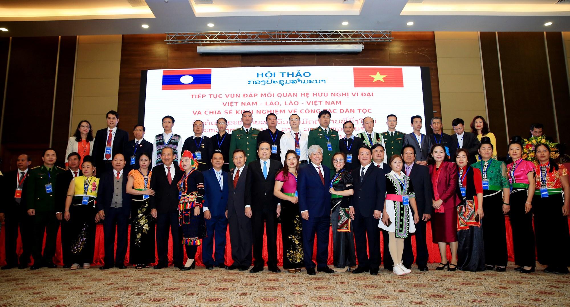 Các đồng chí lãnh đạo 2 nước Việt Nam - Lào chụp ảnh lưu niệm cùng các đại biểu tham dự sự kiện