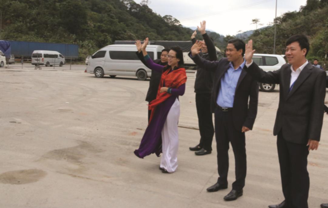 Thứ trưởng, Phó Chủ nhiệm UBDT Hoàng Thị Hạnh và các cán bộ UBDT chia tay Đoàn đại biểu cấp cao Ủy ban Trung ương Mặt trận Lào xây dựng đất nước tại biên giới Việt - Lào