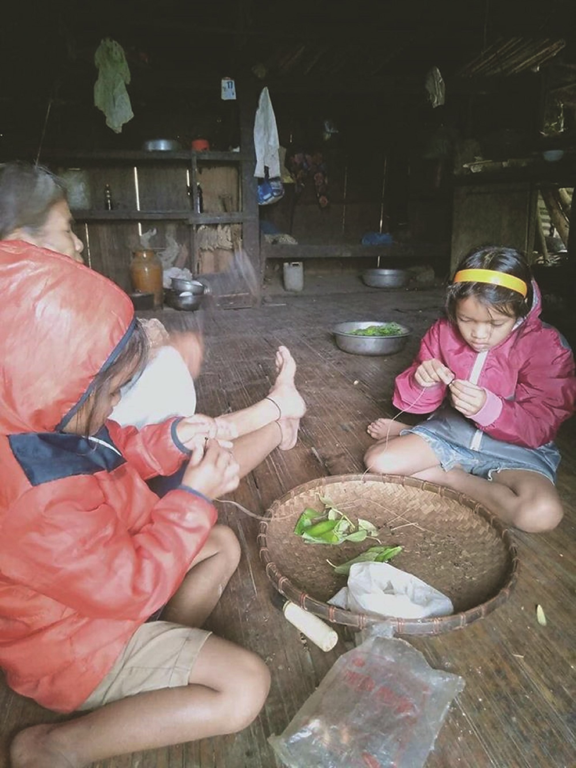 Những ngôi nhà không có ánh điện ở thôn Đạ M'Pô.