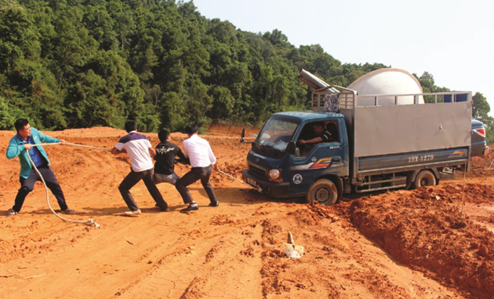 Tuyến đường giao thông Pá Vạt - Háng Lìa (huyện Điện Biên Đông) sau 12 năm khởi công vẫn còn dang dở. (Ảnh tư liệu)