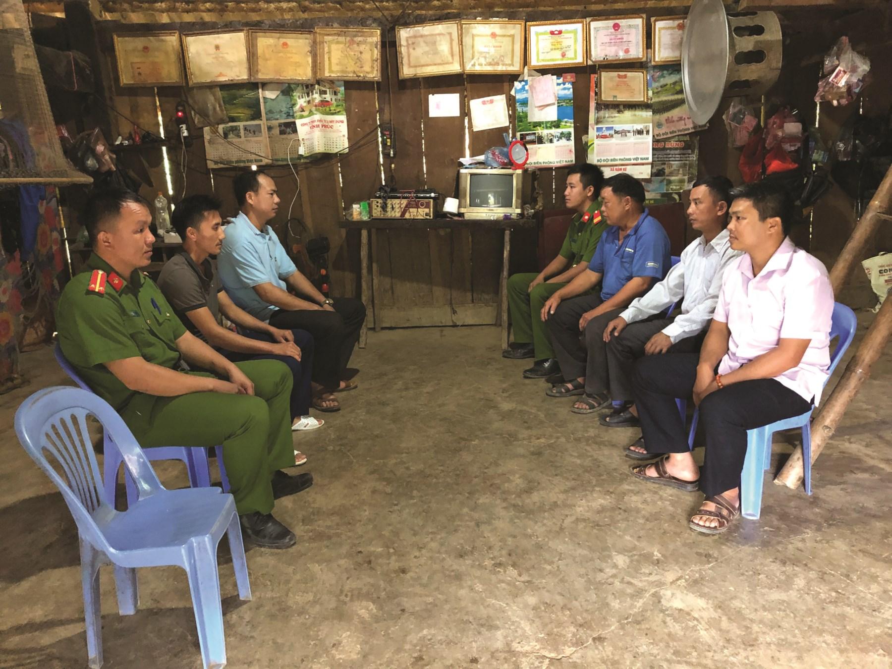 Cán bộ, chiến sĩ Công an huyện Mường Nhé tuyên truyền nâng cao nhận thức pháp luật cho người dân tại xã Nậm Kè