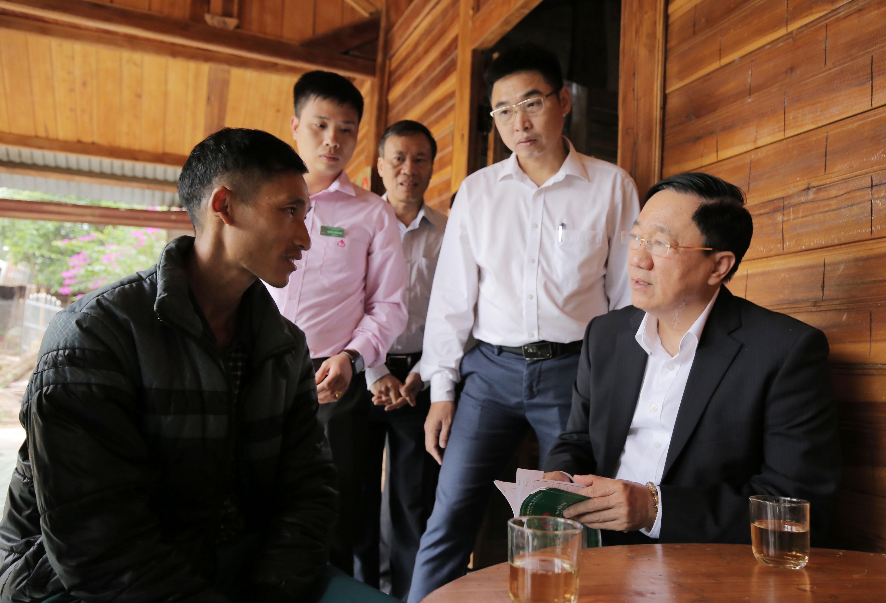Anh Khoàng Chừ Long chia sẻ một số kinh nghiệm với Tổng Giám đốc NHCSXH