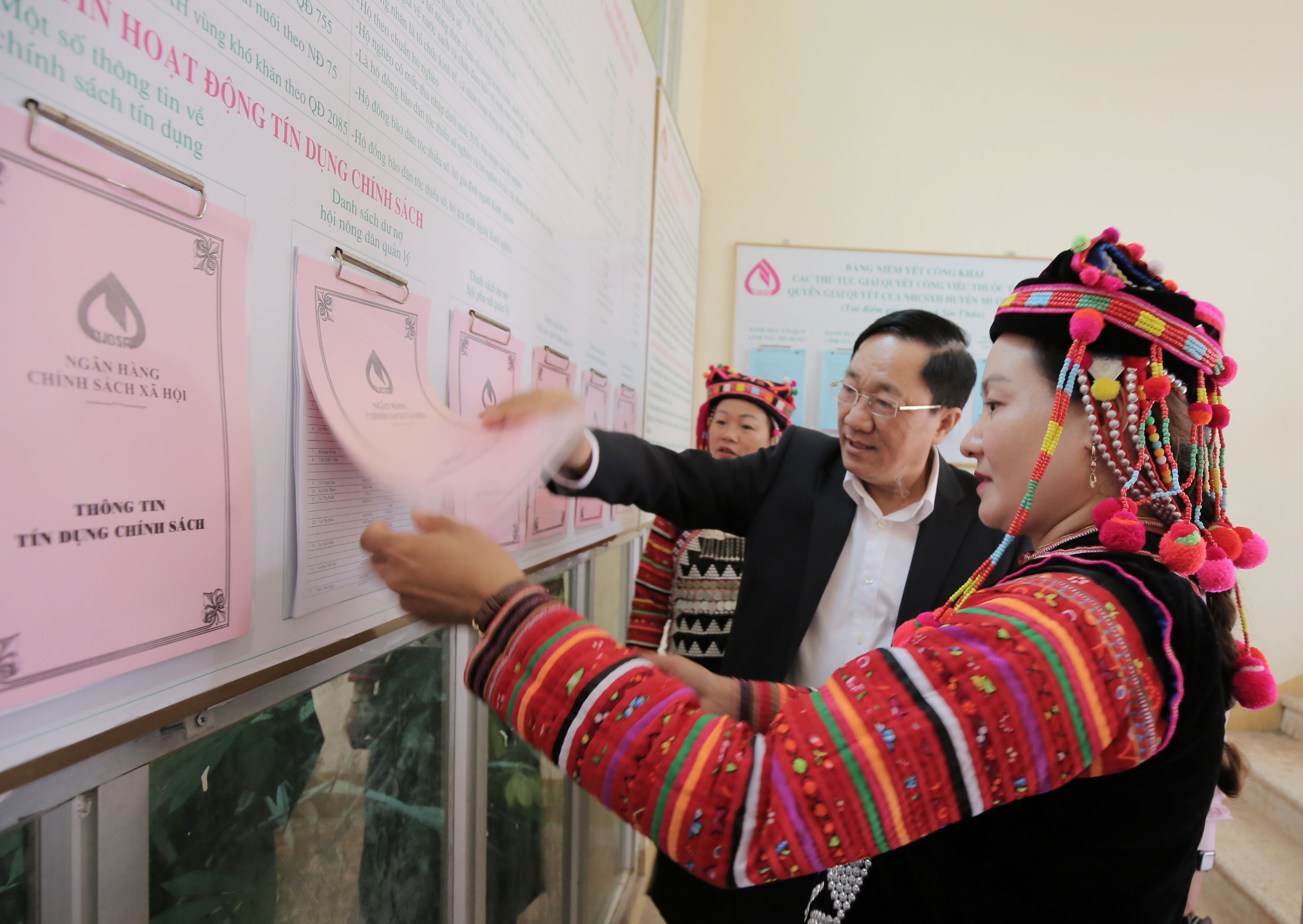 Tổng Giám đốc NHCSXH Dương Quyết Thắng kiểm tra thông tin tín dụng chính sách tại xã Sín Thầu, huyện Mường Nhé