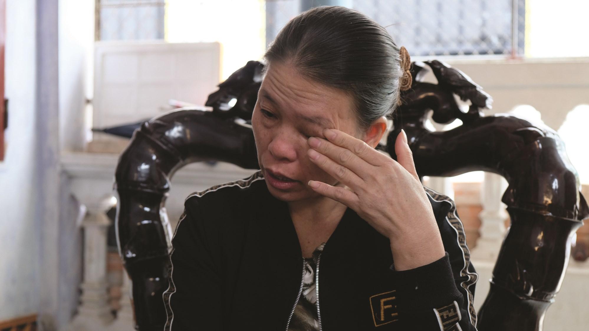 Chị Nguyễn Thị Bình đau buồn kể lại cái chết của chồng.