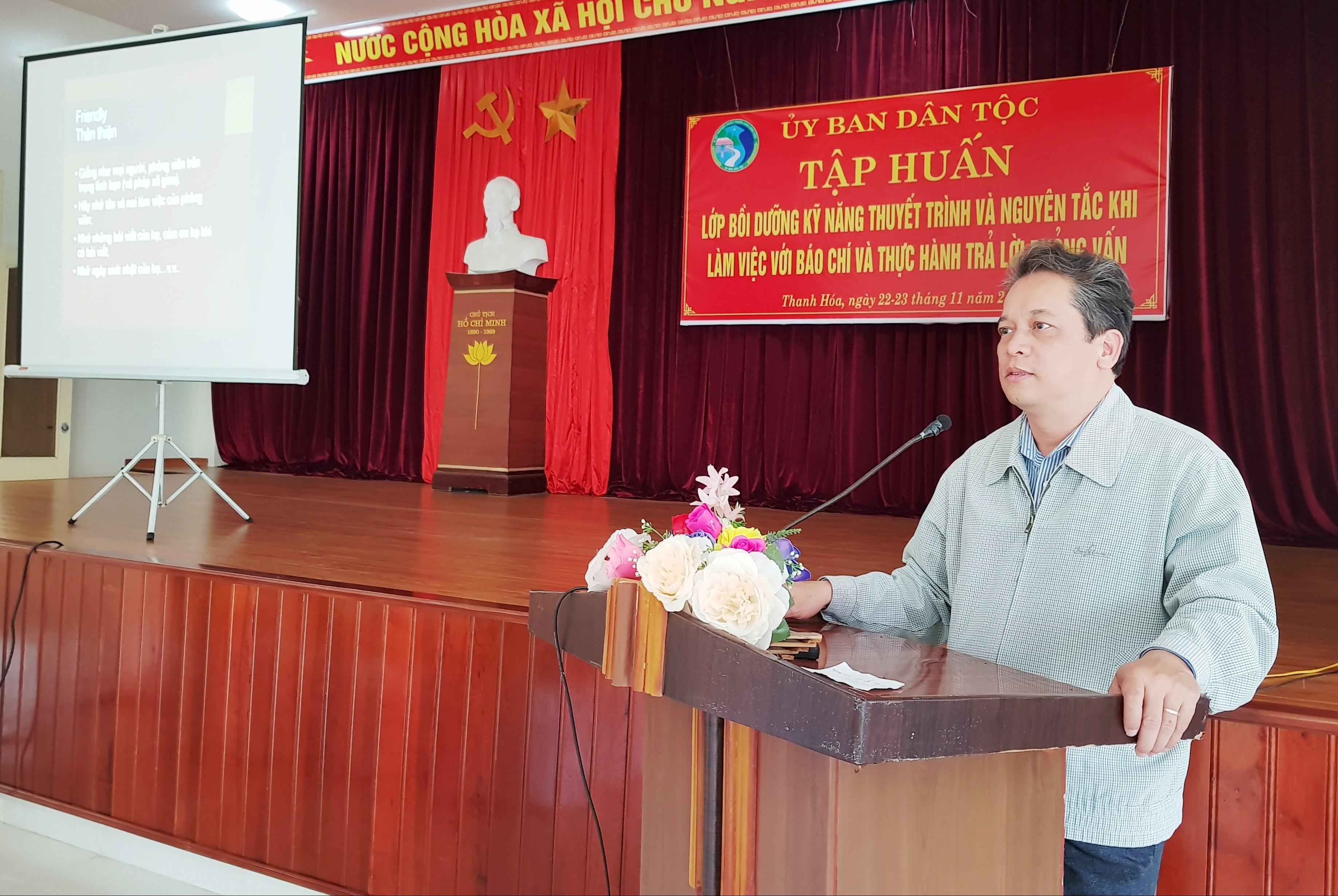 Phó Vụ trưởng Vụ Tổ chức cán bộ UBDT Phạm Thúc Thủy phát biểu khai mạc lớp tập huấn