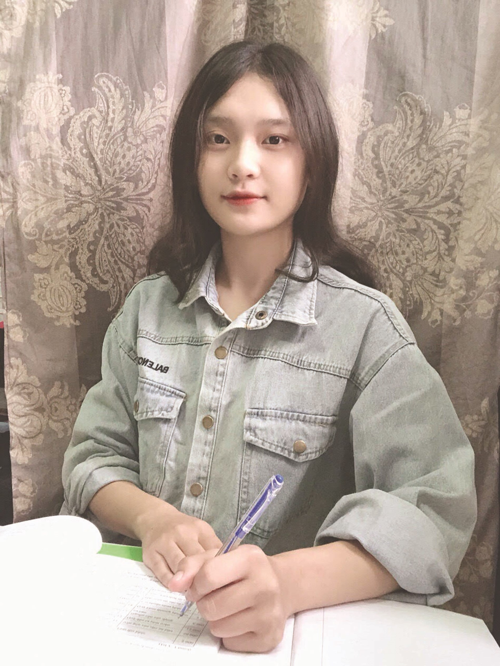 Em Lưu Quỳnh Anh (dân tộc Pà Thẻn) là một trong những gương mặt học sinh, sinh viên DTTS rất ít người đỗ đại học.