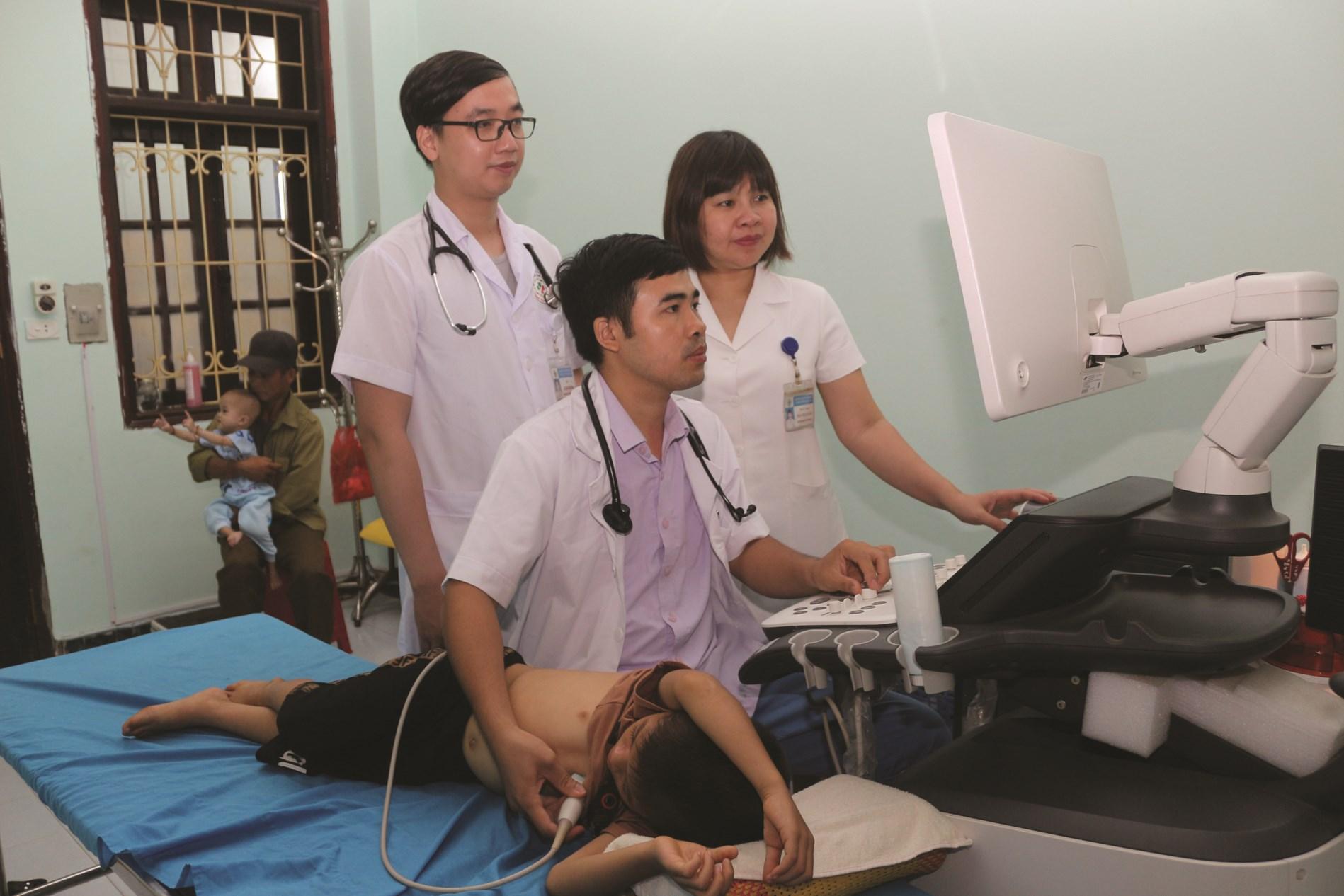 Khám kiểm tra tim cho học sinh tại Bệnh viện Đa khoa tỉnh Tuyên Quang.