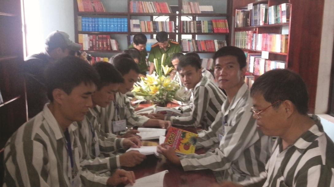 Thông qua những cuốn sách, giúp cho phạm nhân tự giáo huấn, cảm hóa bản thân mình
