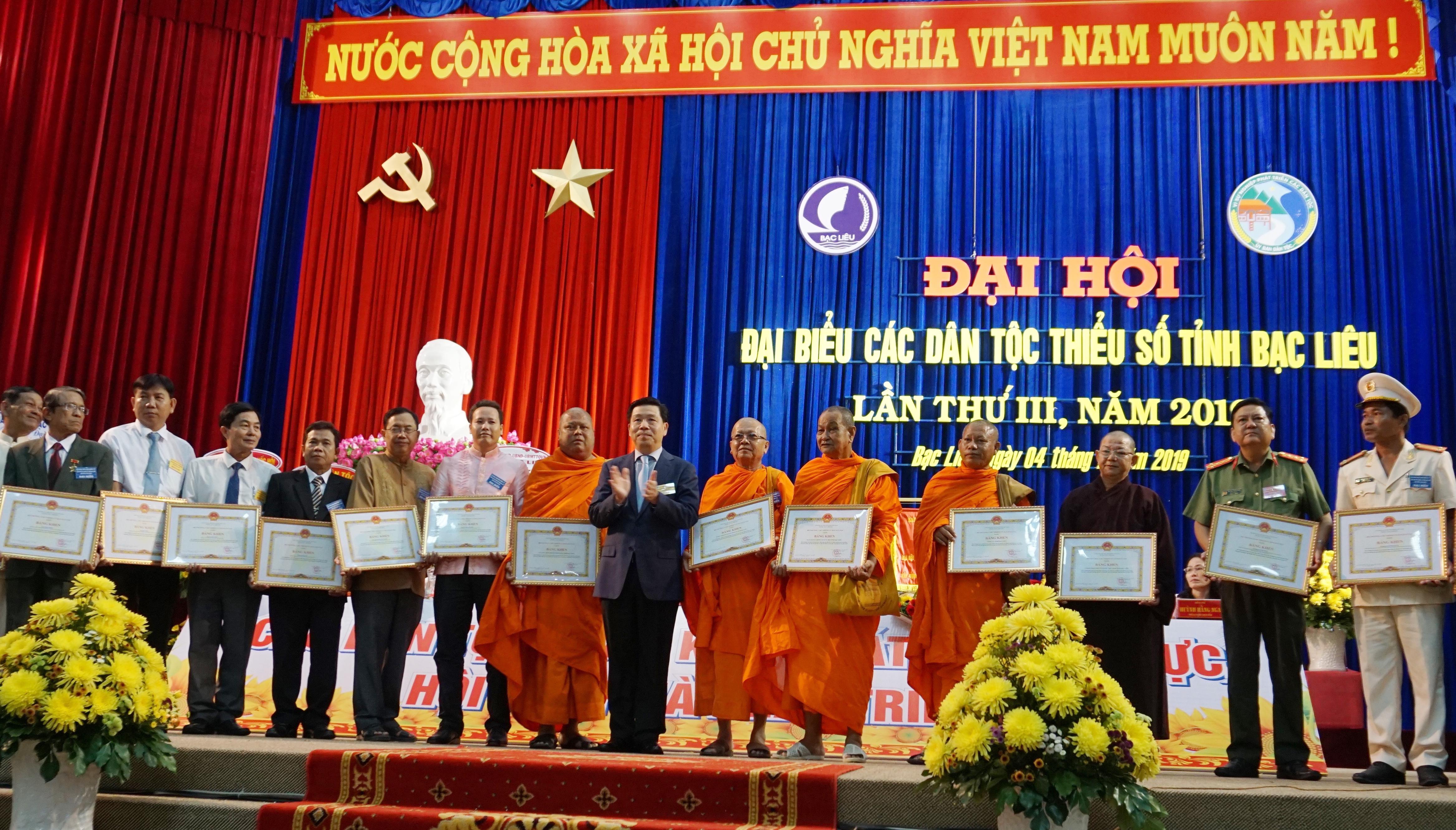 Thứ trưởng, Phó Chủ nhiệm UBDT Lê Sơn Hải trao Bằng khen của Bộ trưởng, Chủ nhiệm UBDT cho các tập thể và cá nhân