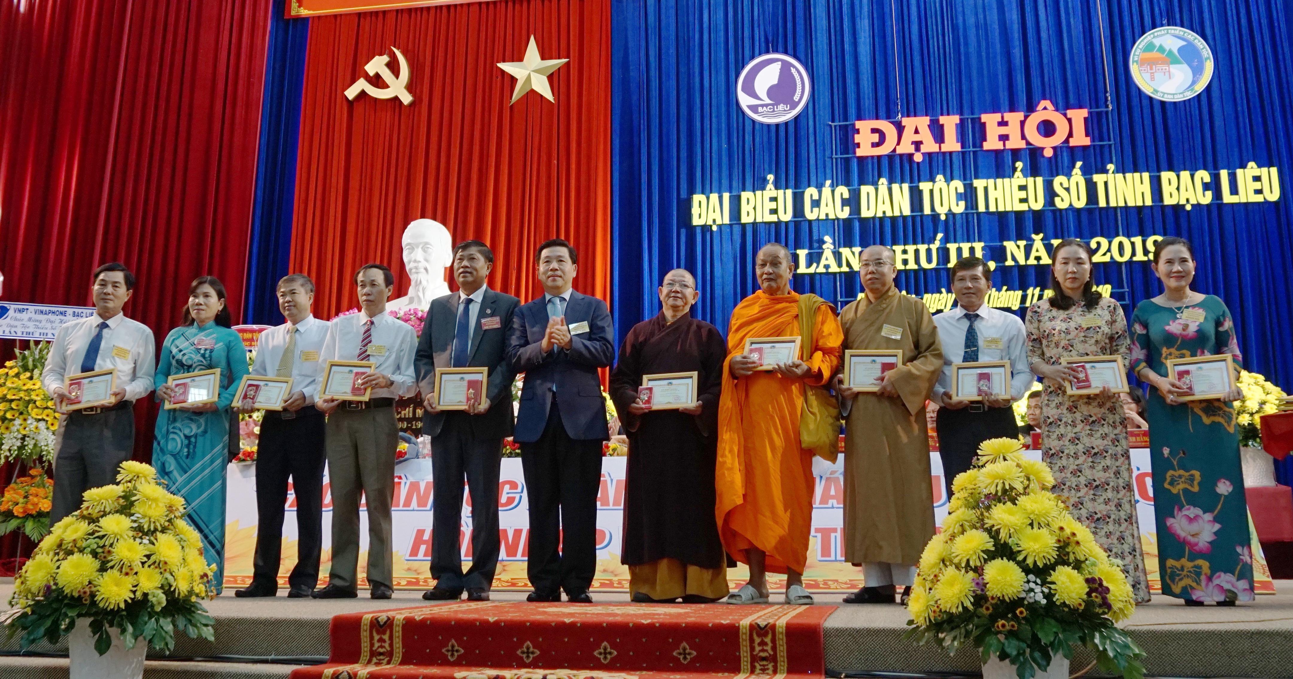 Thứ trưởng, Phó Chủ nhiệm UBDT Lê Sơn Hải trao Kỷ niệm chương đến các cá nhân