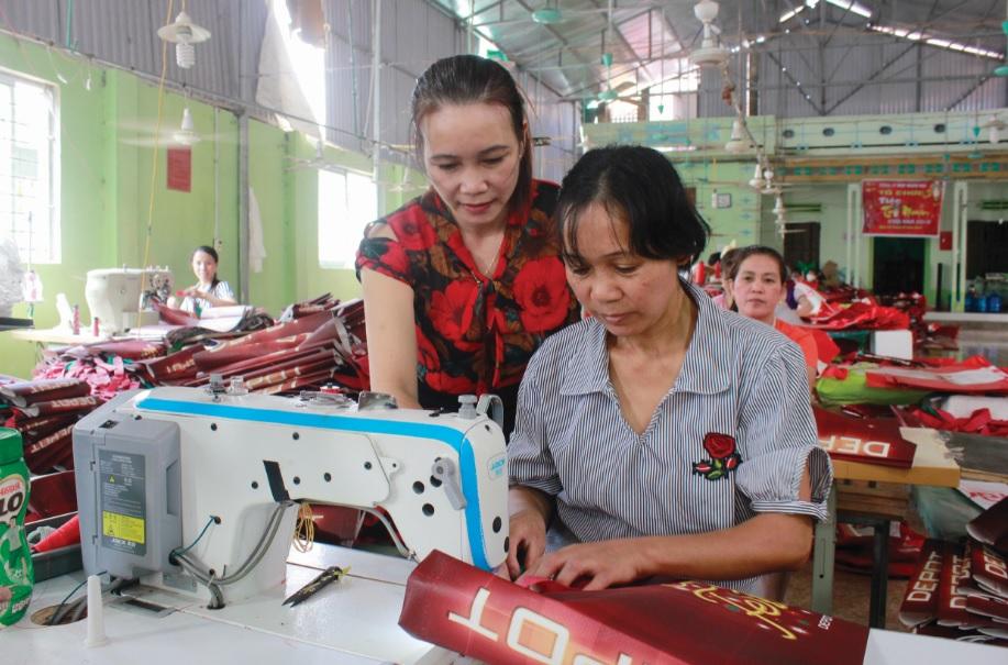 Chị Nguyễn Thị Biên, xã Đông Lỗ, huyện Hiệp Hoà (người đang ngồi) nạn nhân mua bán người được giới thiệu việc làm.