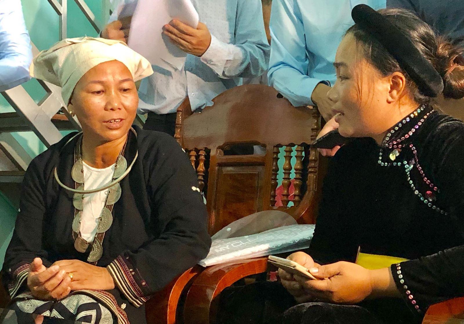 Điều tra viên tiến hành điều tra, thu thập thông tin tại hộ gia đình bà Triệu Thị Nguyệt (bên trái ảnh) tại thôn Làng Lạc, xã Xuân Quang, huyện Chiêm Hóa