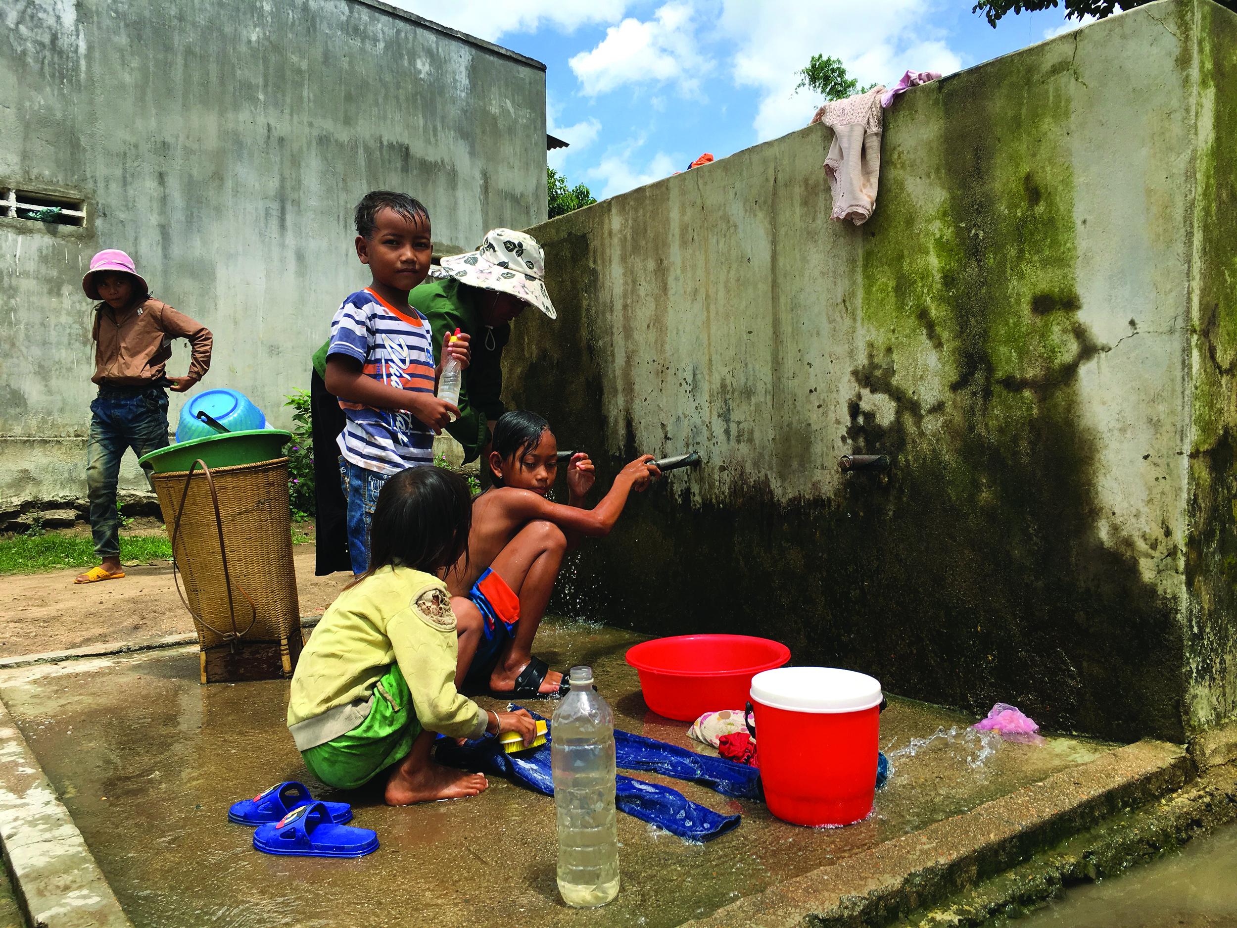 Tại xã Chư Krey đời sống người dân vẫn gặp nhiều khó khăn. (Trong ảnh: người dân sử dụng nước sinh hoạt tại một bể nước tập trung).