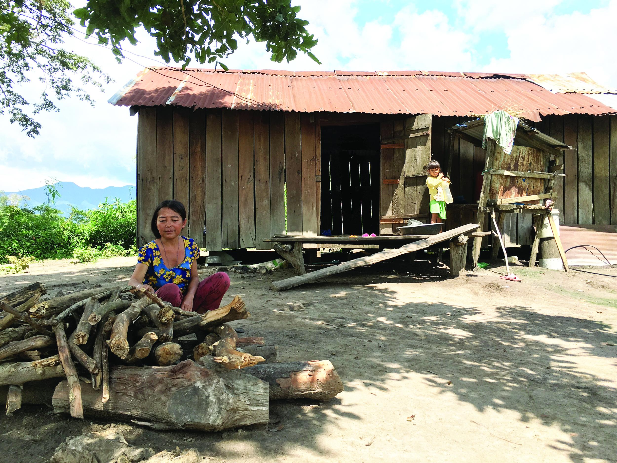 Chỉ với 2 sào lúa nhưng phải nuôi tới 5 miệng ăn, gia đình chị Đinh Thị Trép là một trong những hộ nghèo của làng Sơ Tơn, xã Chư Krey.