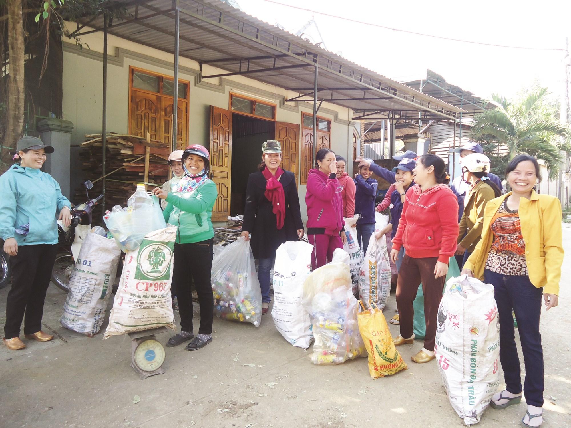 """CLB """"Biến rác thành tiền"""" của Hội LHPN thị trấn Kbang đã thu hút rất nhiều hội viên tham gia."""