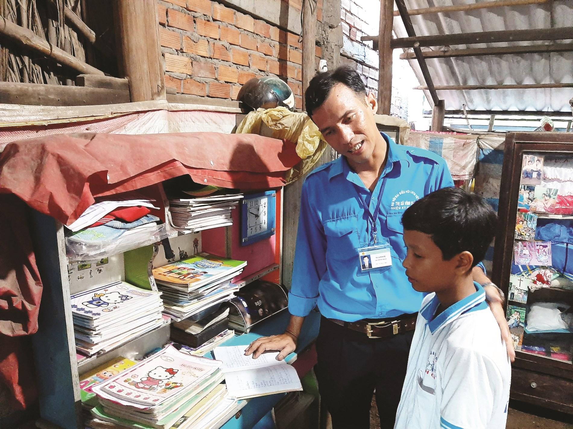 Thầy Thạch Minh Trí hướng dẫn học sinh học tập.