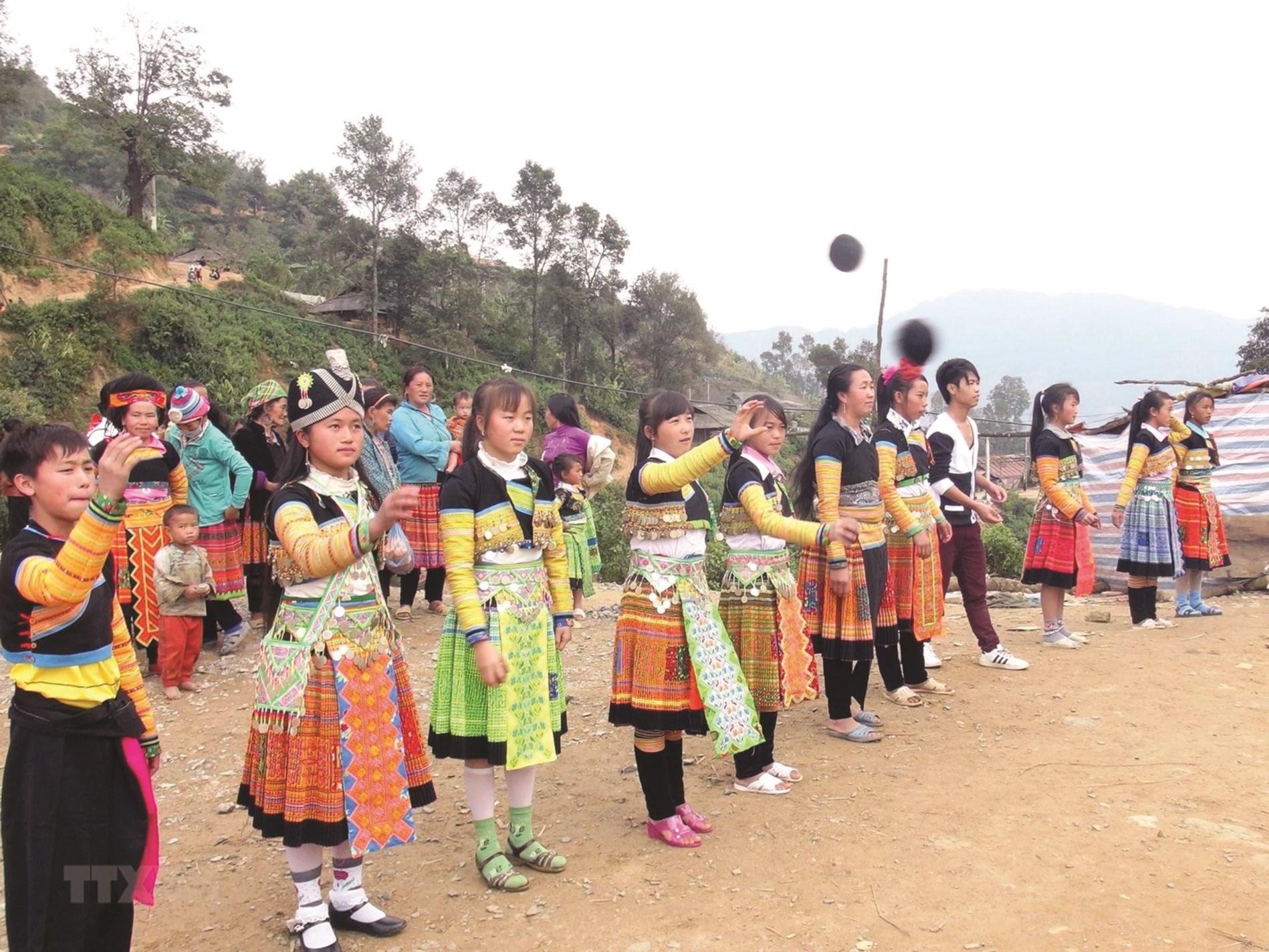 Những chàng trai, cô gái Mông tham gia trò chơi dân gian ném Pao tại chợ phiên xã Đăk Som, huyện Đăk G'Long, tỉnh Đăk Nông.