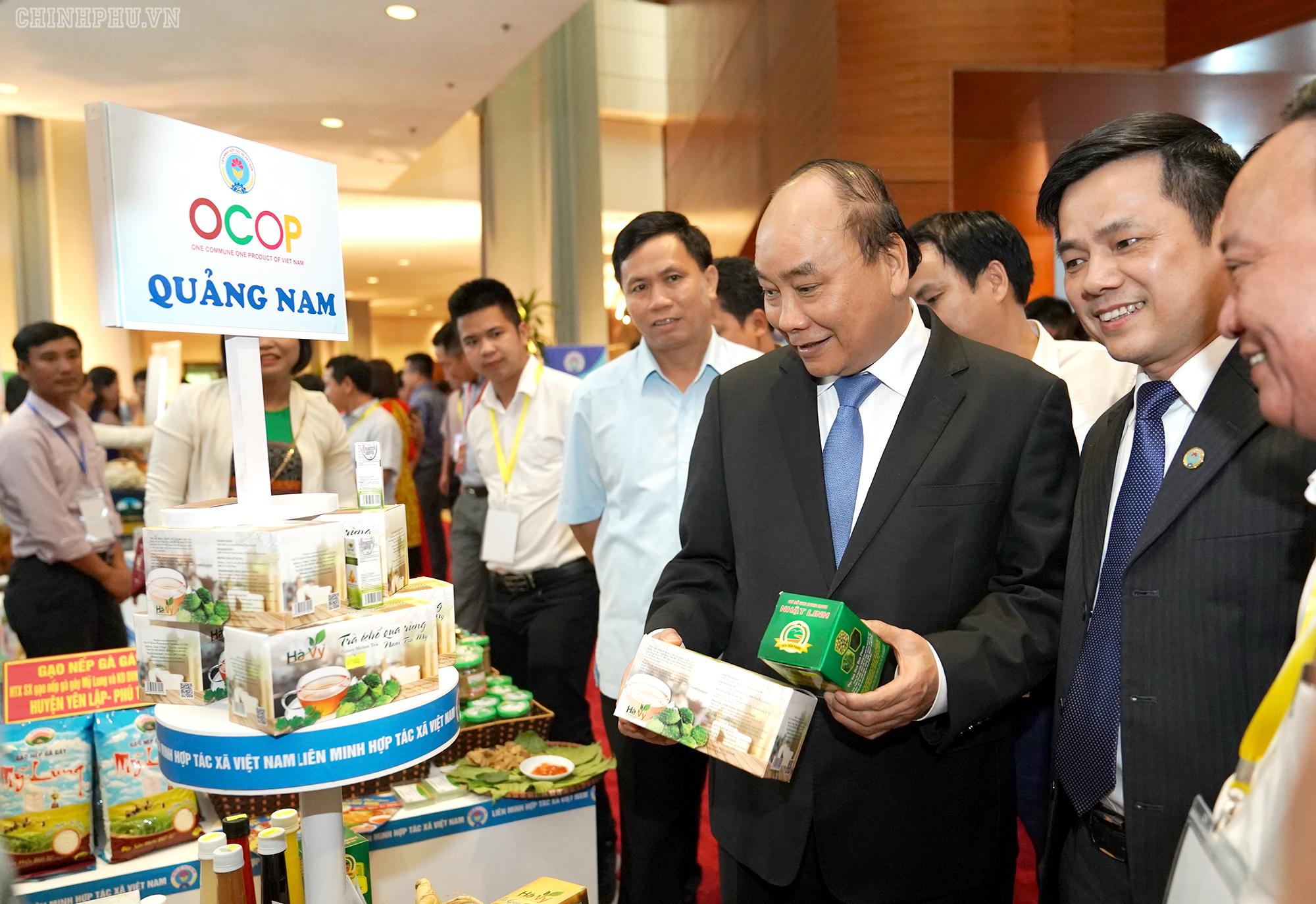 Thủ tướng Nguyễn Xuân Phúc thăm các gian hàng tại Hội nghị - Ảnh: VGP/Quang Hiếu