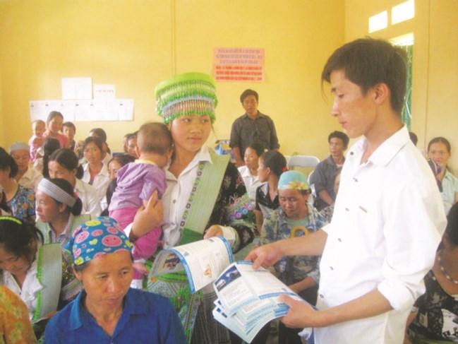 Cán bộ y tế tuyên truyền chăm sóc sức khỏe sinh sản tại xã Nghiên Loan, huyện Pác Nặm (Bắc Kạn). Ảnh TL