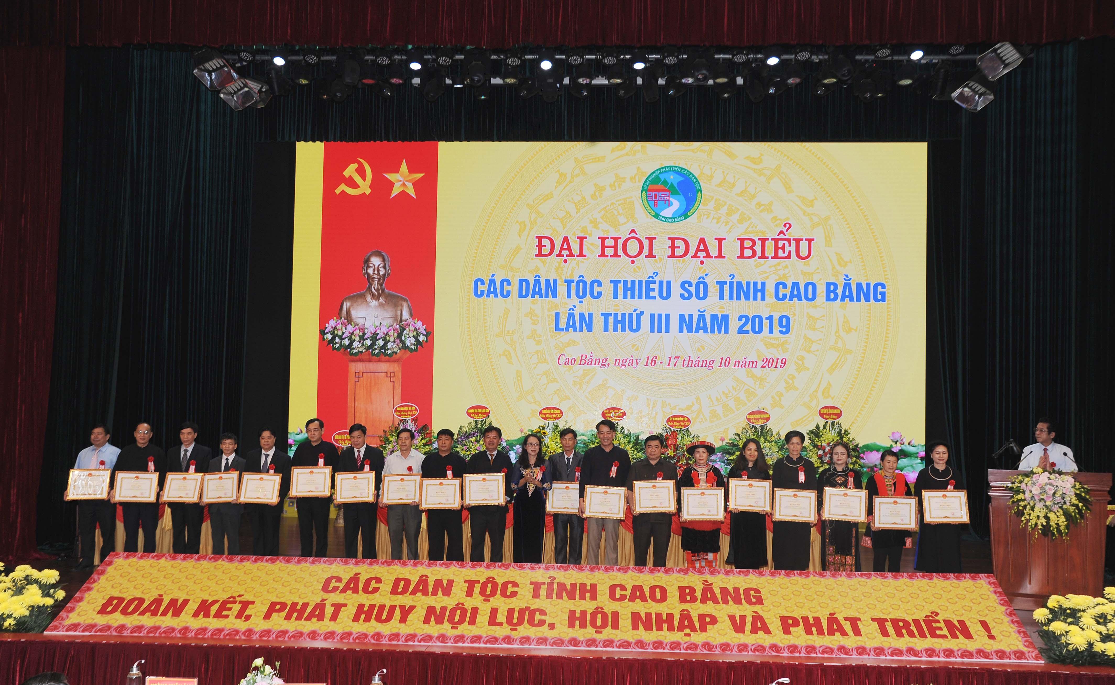 Thứ trưởng, Phó Chủ nhiệm Hoàng Thị Hạnh trao Bằng khen của Bộ trưởng, Chủ nhiệm UBDT cho các cá nhân, tập thể có thành tích xuất sắc trong thực hiện công tác dân tộc, chính sách dân tộc.