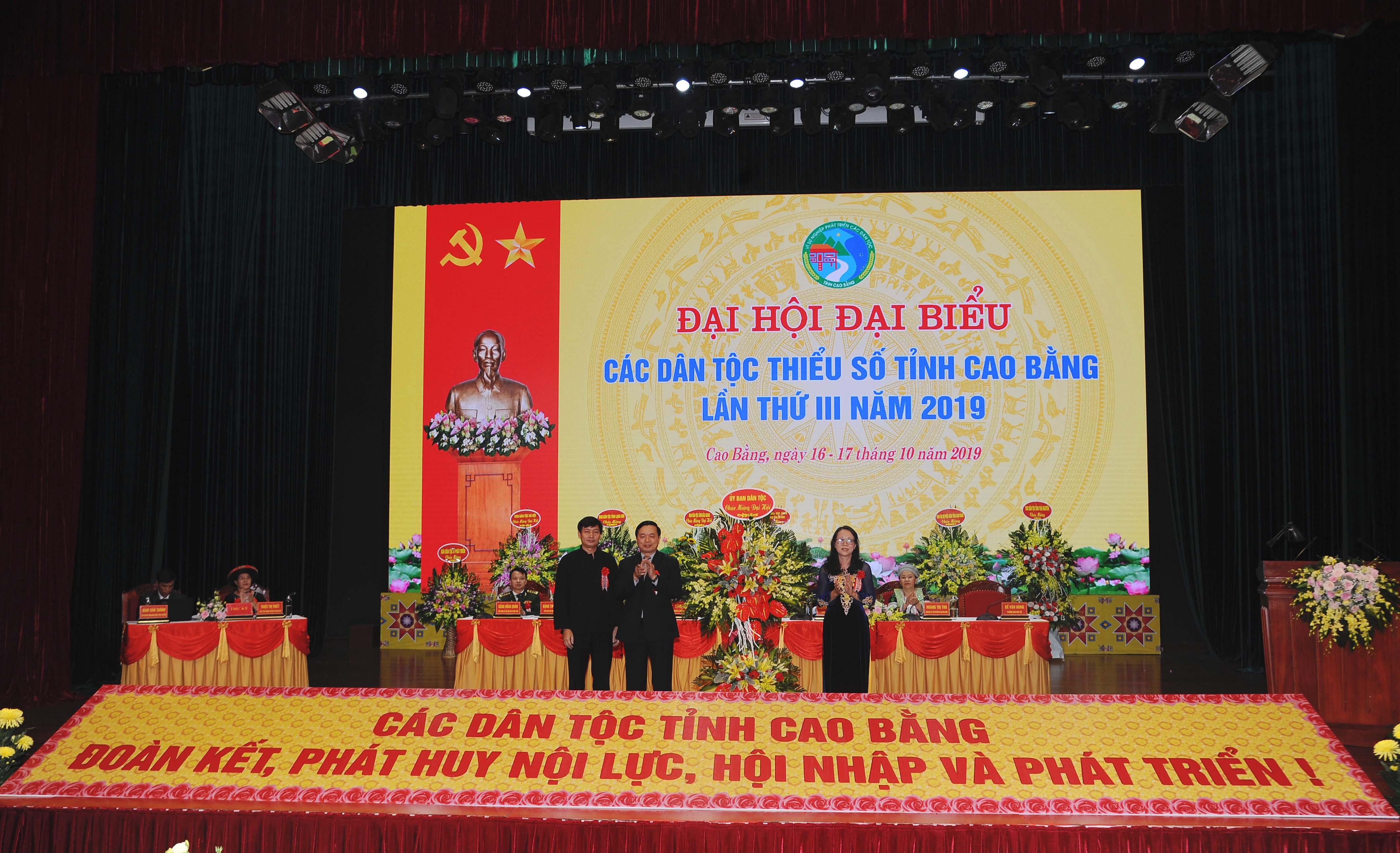 Thứ trưởng, Phó Chủ nhiệm UBDT Hoàng Thị Hạnh tặng lãng hoa chúc mừng Đại hội