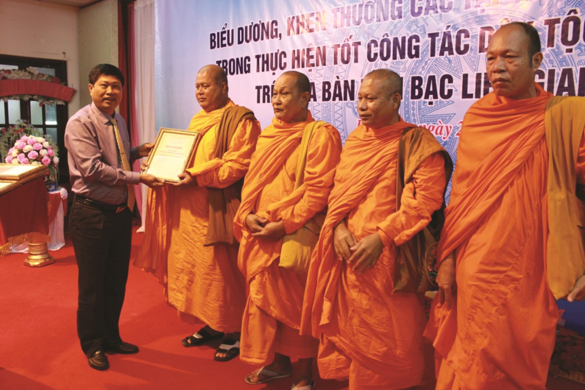 Ông Vương Phương Nam, Phó Chủ tịch UBND tỉnh Bạc Liêu, Trưởng Ban Tổ chức Đại hội Đại biểu các DTTS, trao Bằng khen cho Người có uy tín năm 2018.