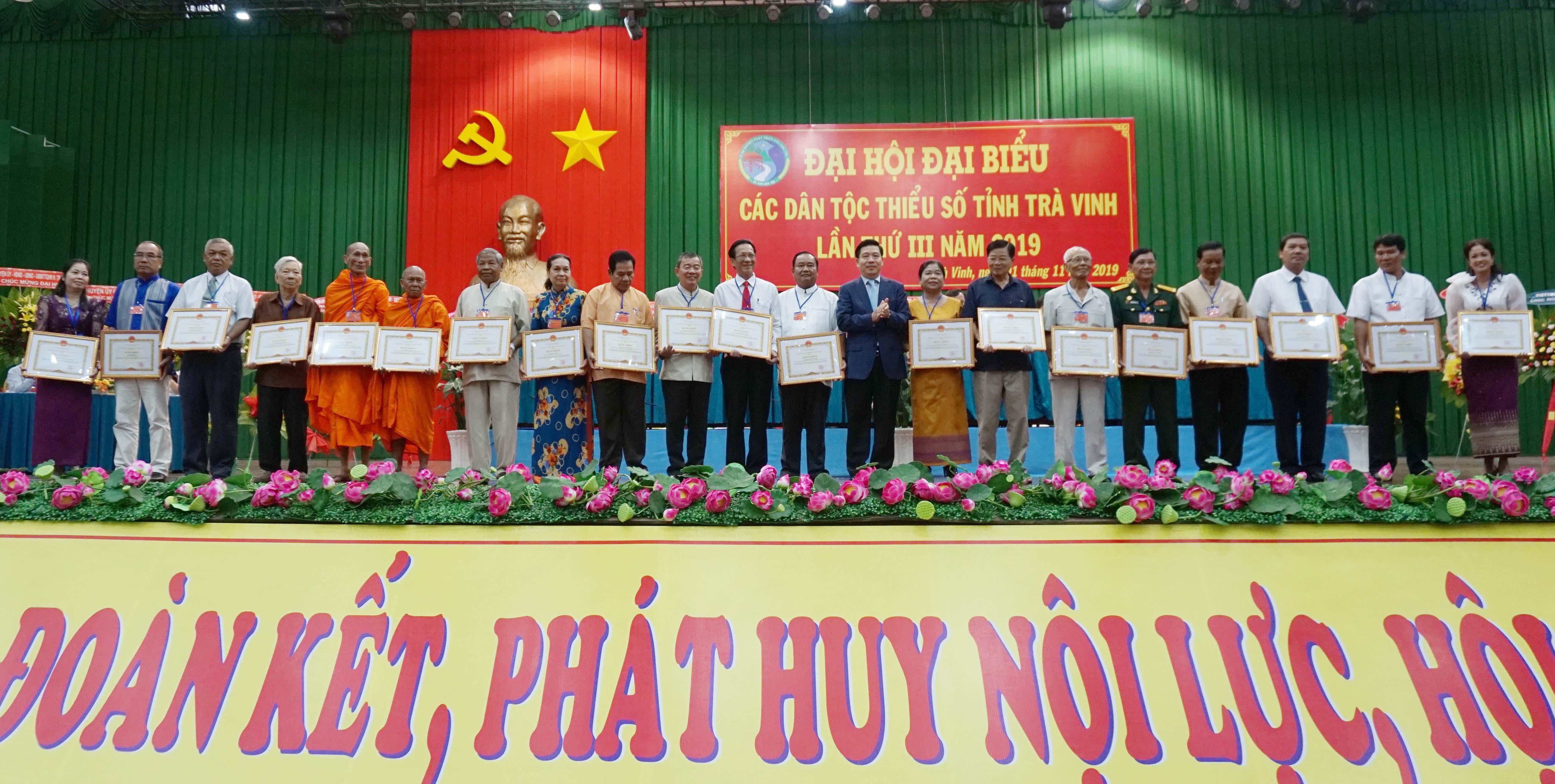 Thứ trưởng, Phó Chủ nhiệm UBDT Lê Sơn Hải trao Bằng khen của Bộ trưởng, Chủ nhiệm UBDT cho các tập thể và cá nhân.