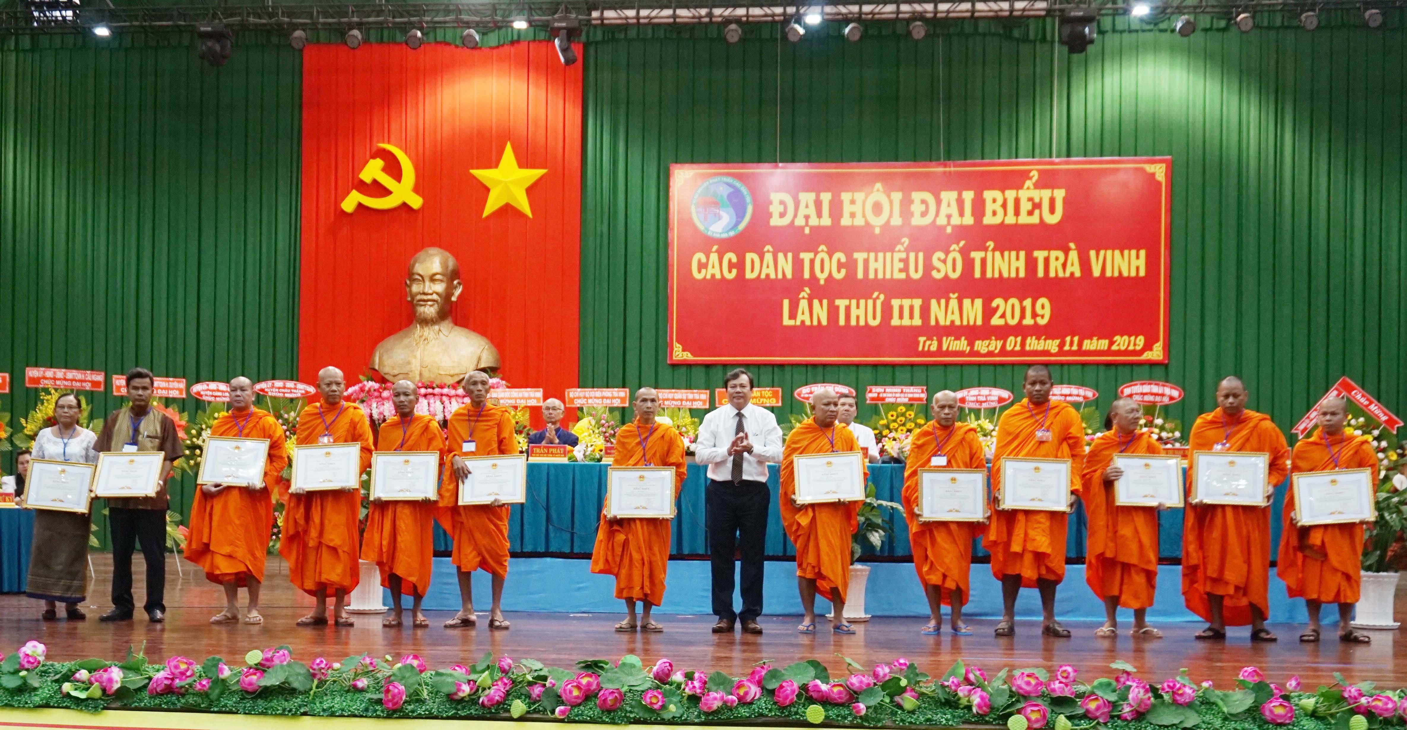 Ông Lê Văn Hẳn, Phó chủ tịch UBND, Trưởng Ban Chỉ đạo Đại hội Đại biểu các DTTS tỉnh trao Bằng khen của Chủ tịch tỉnh cho các tập thể, cá nhân