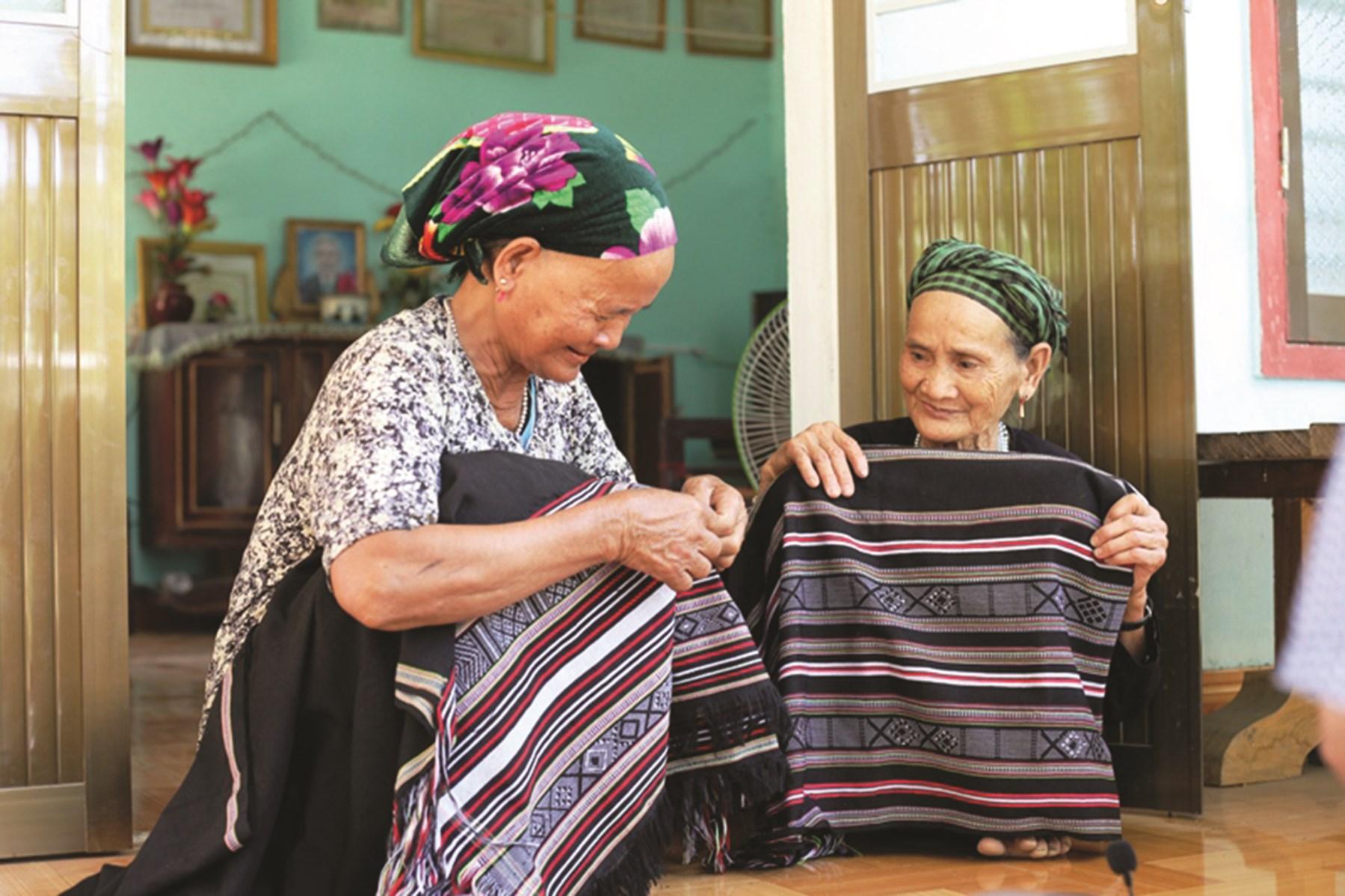 Đối với người Hrê ở Làng Teng, thổ cẩm là nét văn hóa đầy tự hào