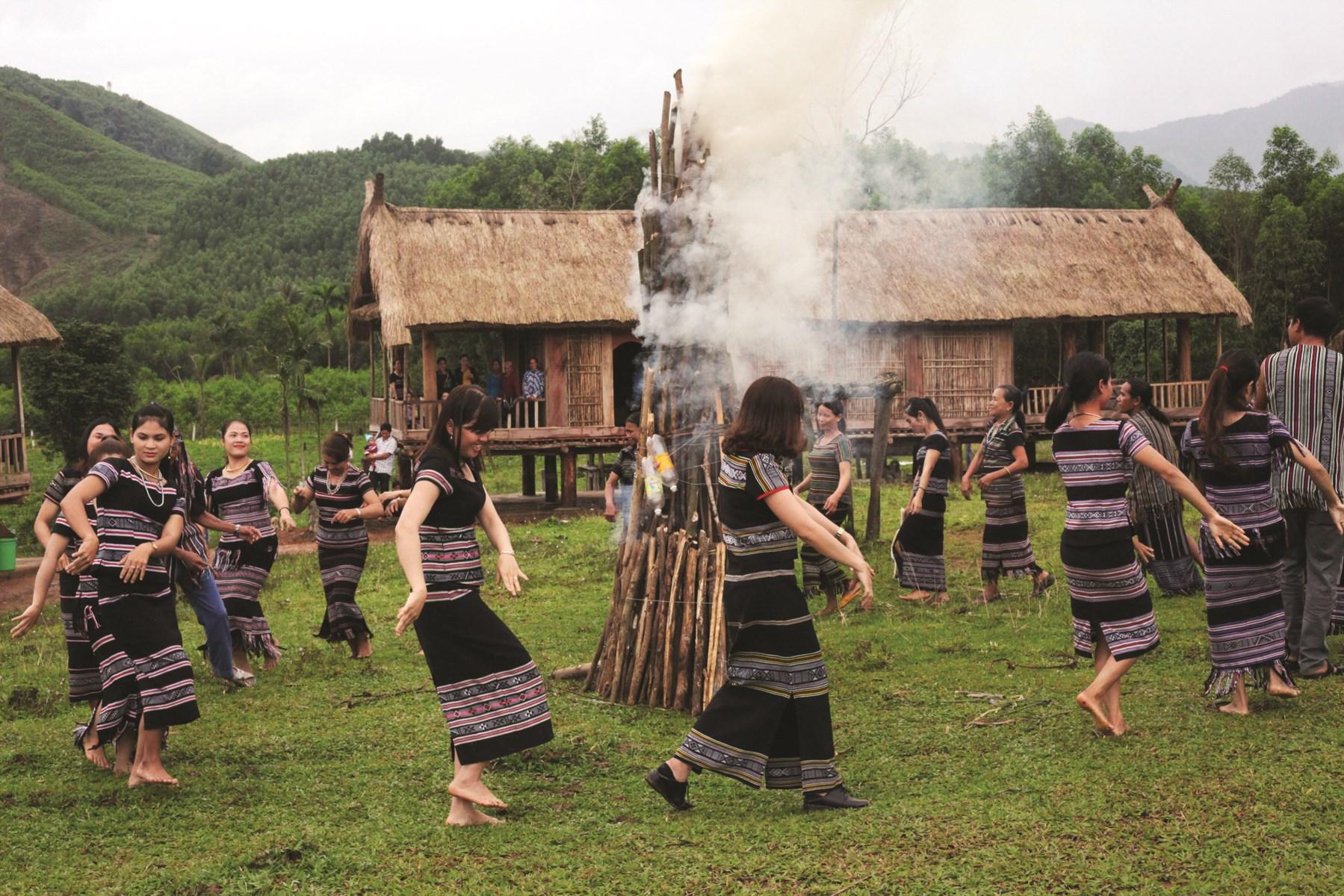 Cứ đến những ngày lễ hội, hầu hết đồng bào Hrê đều mặc trang phục thổ cẩm truyền thống