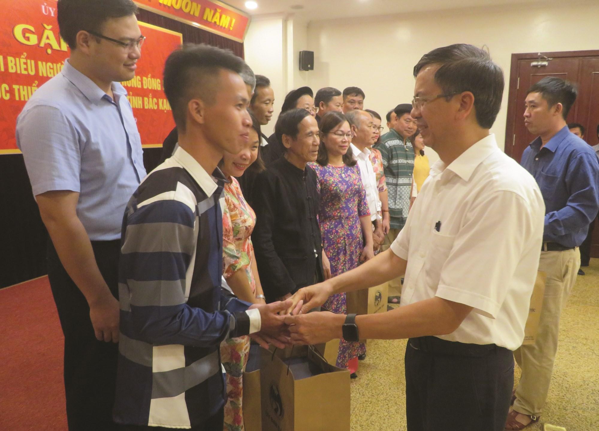 Thứ trưởng, Phó Chủ nhiệm Ủy ban Dân tộc Phan Văn Hùng tặng quà cho Trưởng thôn Giàng A Tu tại buổi gặp mặt Đoàn đại biểu Người có uy tín của huyện Ba Bể.