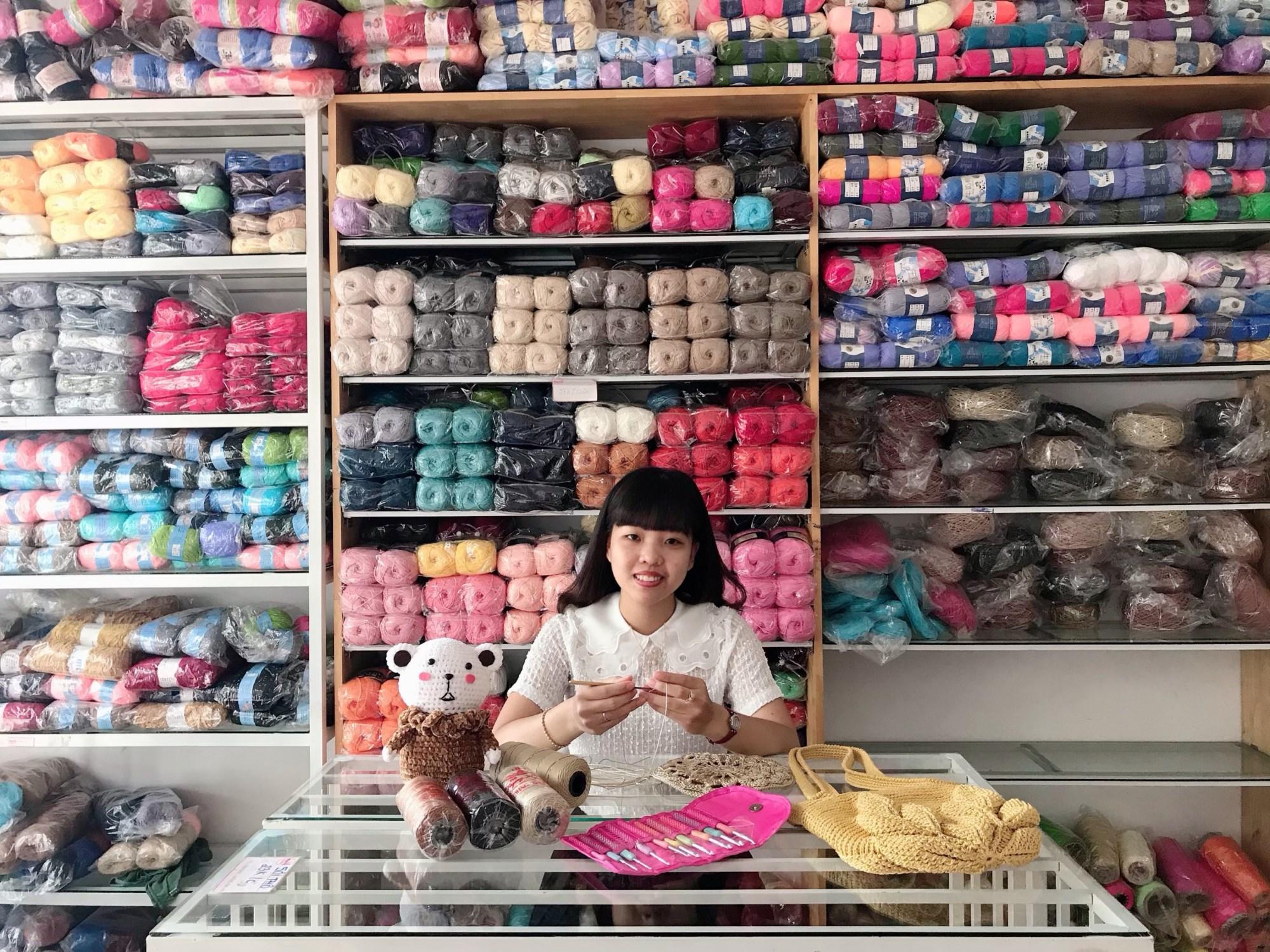 Bảo Trâm tại shop len sợi Cherry của chị gái.