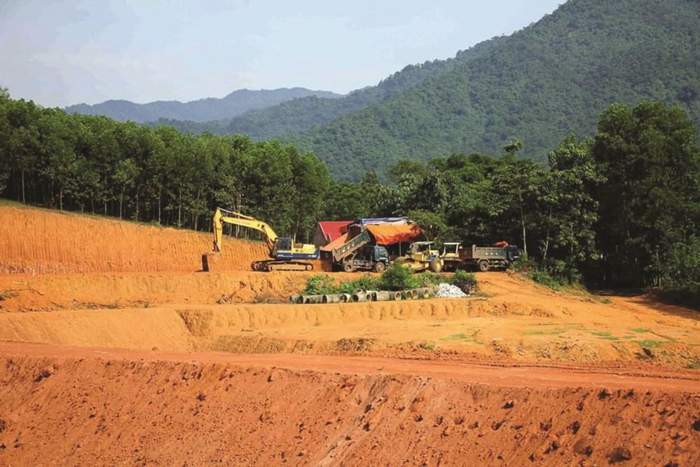 Bãi xử lý rác thải Quế Phong sau nhiều năm thi công mới chỉ hoàn thành san lấp mặt bằng.