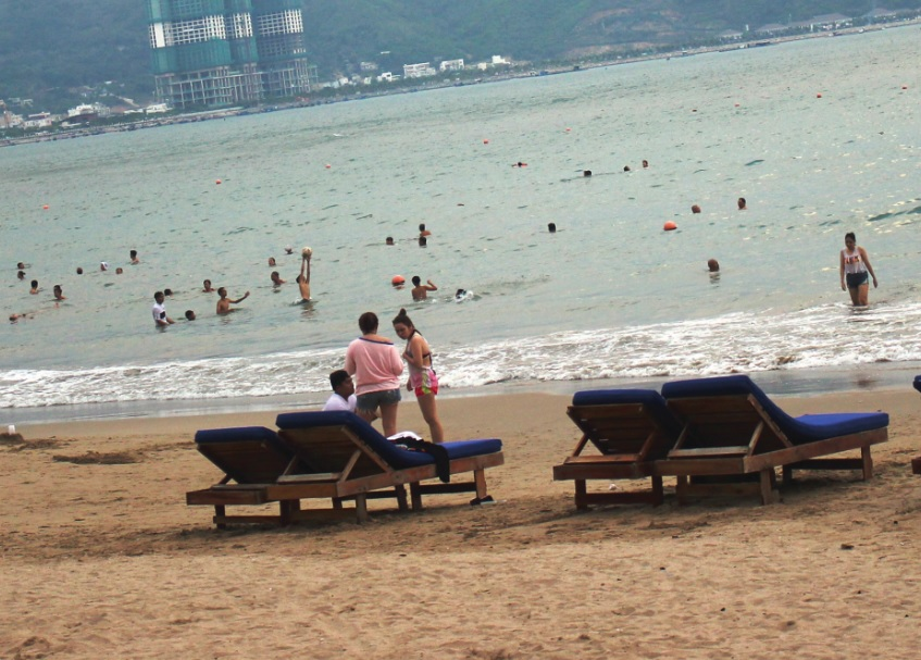Ngày 23/9, thời tiết xấu, nhưng các bãi biển chính ở Nha Trang vẫn thưa vắng nhân viên cứu hộ.