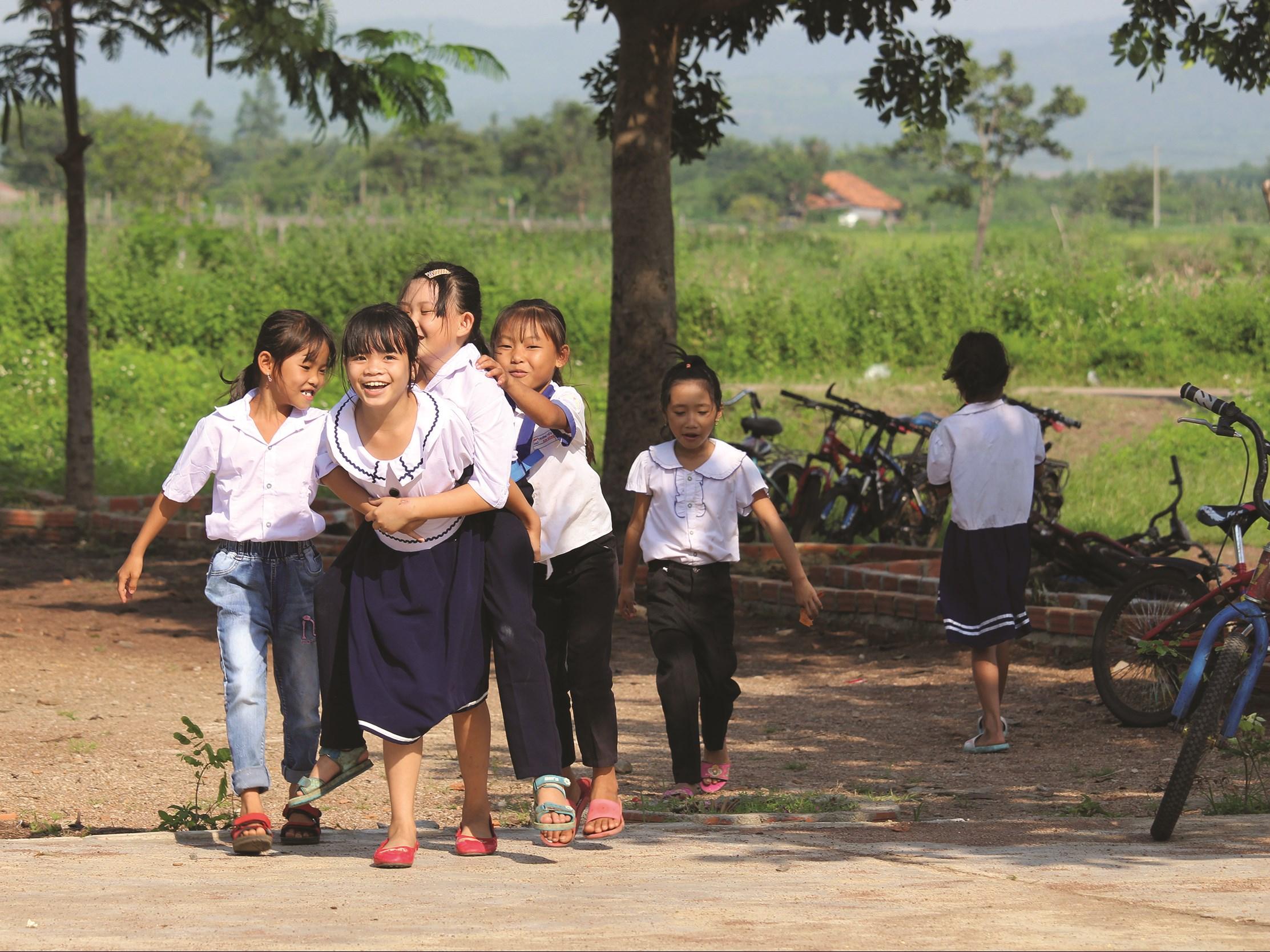 Tạo điều kiện để các em vui chơi giao lưu tiếp xúc tiếng Việt nhiều hơn.