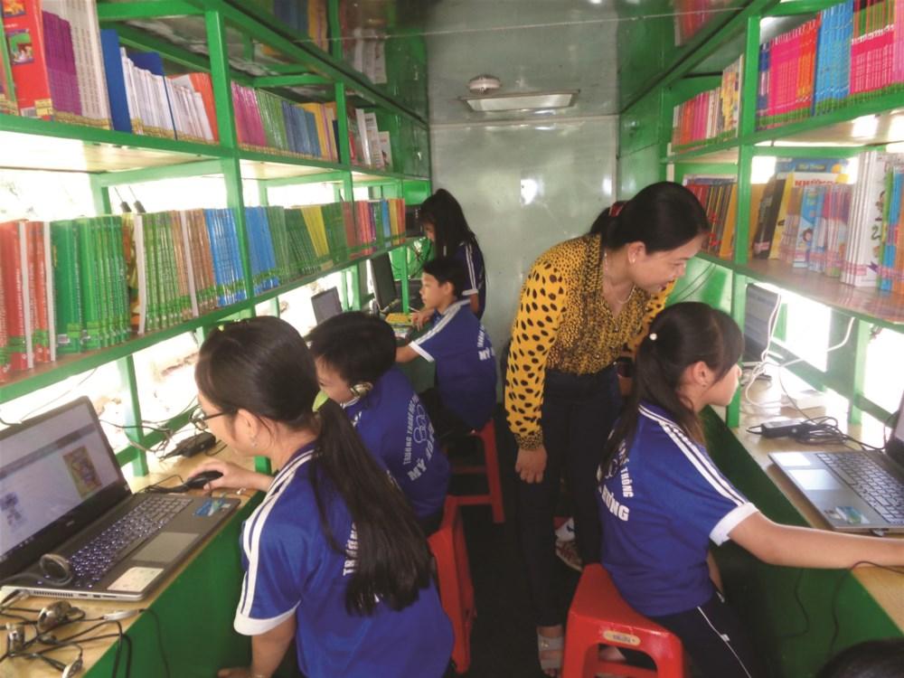 Xe thư viện lưu động được trang bị rất nhiều sách báo, máy tính và nhiều phương tiện hiện đại.