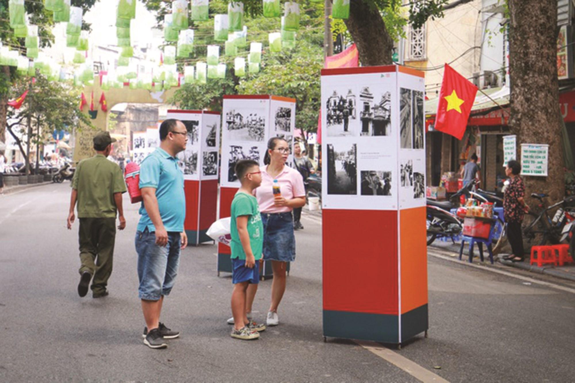 Công chúng chăm chú xem các bức ảnh ngày đầu quân và dân ta tiếp quản Thủ đô.