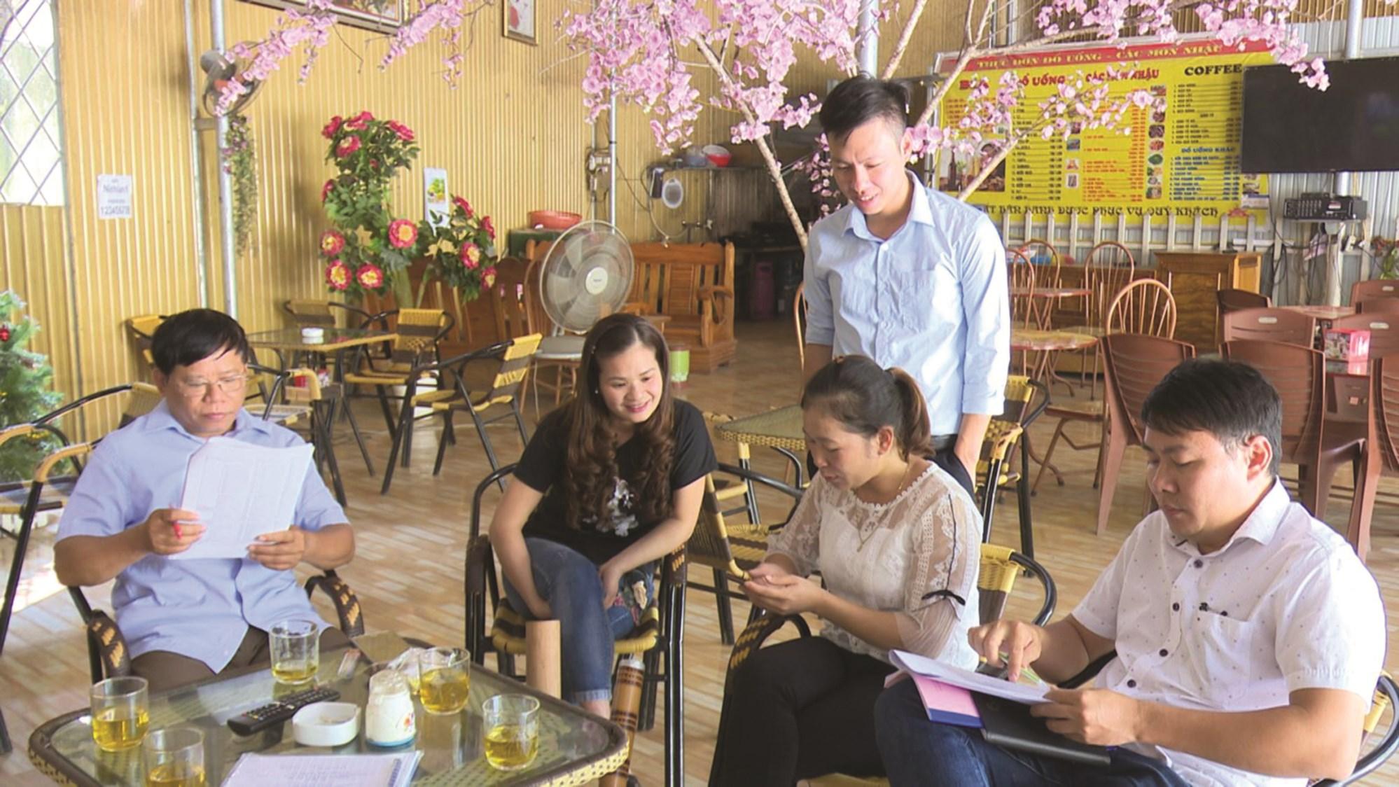 Các điều tra viên xã Lăng Can, huyện Lâm Bình, tỉnh Tuyên Quang thực hiện điều tra mẫu tại hộ gia đình.