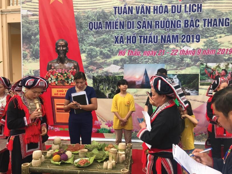 Ban Giám khảo chấm thi mâm cỗ của người dân Hồ Thầu.