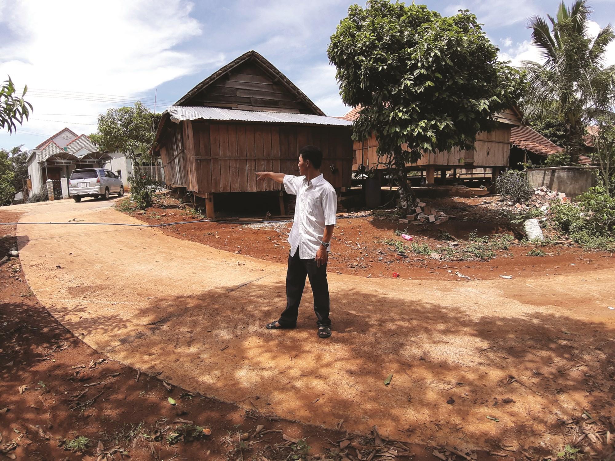 Dự án Nâng cấp đường vào khu sản xuất các thôn ở xã Vĩnh Sơn đã hoàn thành giai đoạn 1 nhưng huyện chưa loại trừ khối lượng xi măng do tỉnh cấp.