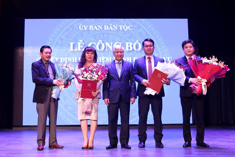 Bộ trưởng, Chủ nhiệm UBDT Đỗ Văn Chiến tặng hoa chúc mừng các đồng chí vừa được bổ nhiệm chức vụ lãnh đạo cấp vụ