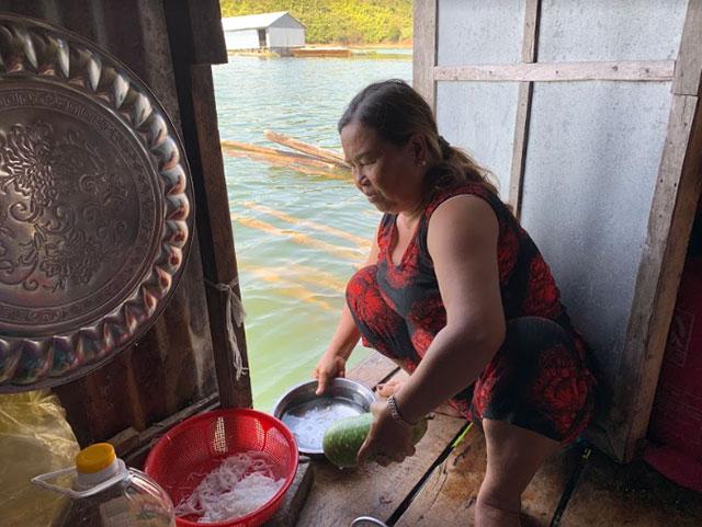 Hằng ngày các hộ dân phải sử dụng nước hồ để sinh hoạt.